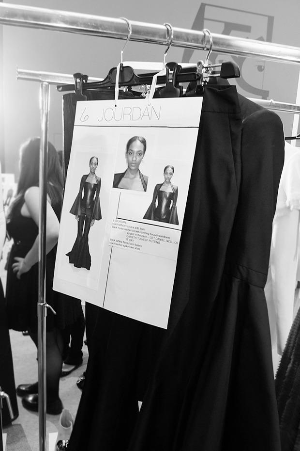 Бэкстейдж Gareth Pugh: Алые платья и «заплаканные» модели. Изображение № 6.