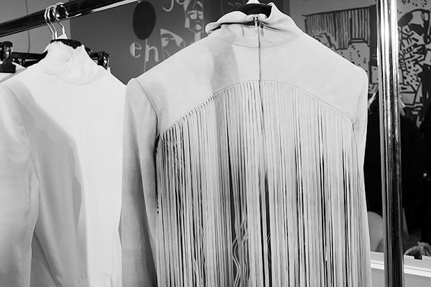 Бэкстейдж Gareth Pugh: Алые платья и «заплаканные» модели. Изображение № 8.