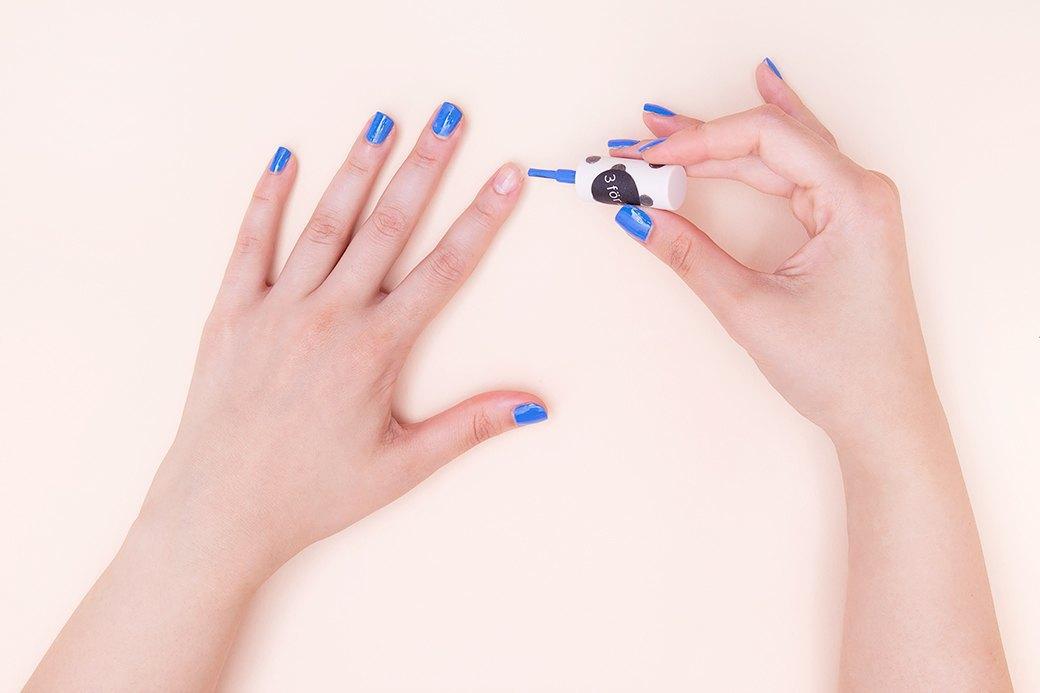 Мы решили выбрать не чернильно-синий лак-желе, а голубой крем — он не такой претенциозный.. Изображение № 1.