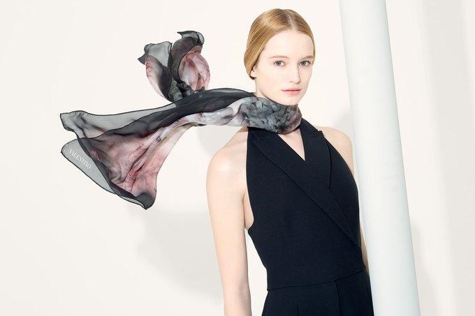 Цветы и леопард в коллекции шелковых платков Valentino. Изображение № 1.