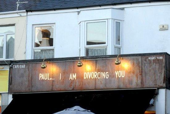 Валлийка сообщила мужу о разводе на вывеске его любимого паба. Изображение № 1.