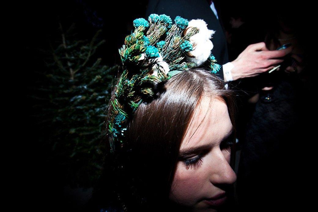 Маски из перьев  и цветы в волосах  на вечеринке «Martini карнавал». Изображение № 15.
