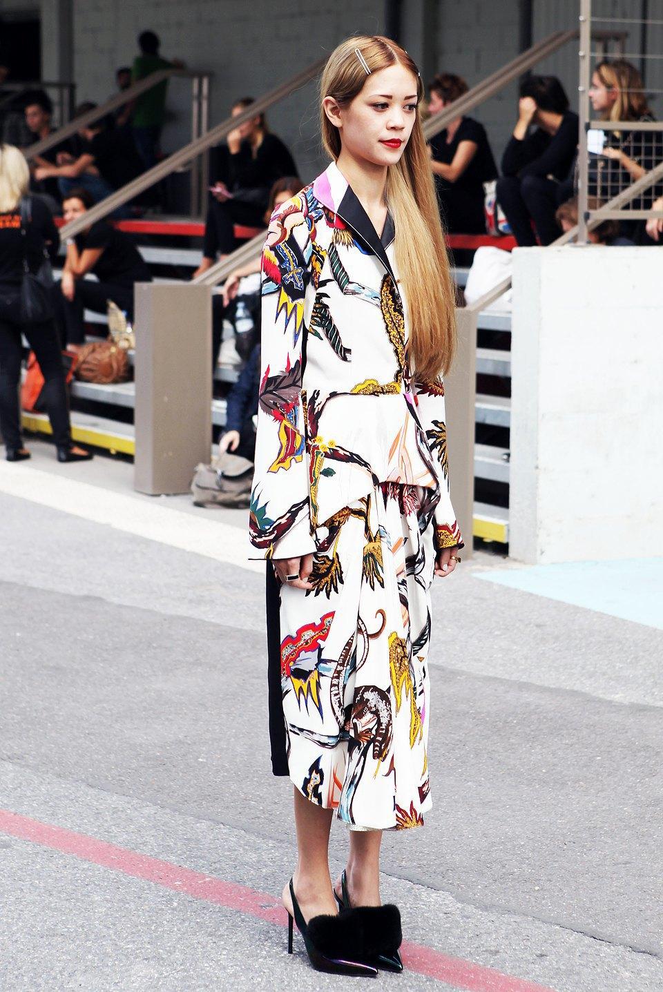 Кимоно, перья и сэтчелы на гостях показов Paris Fashion Week. Изображение № 14.