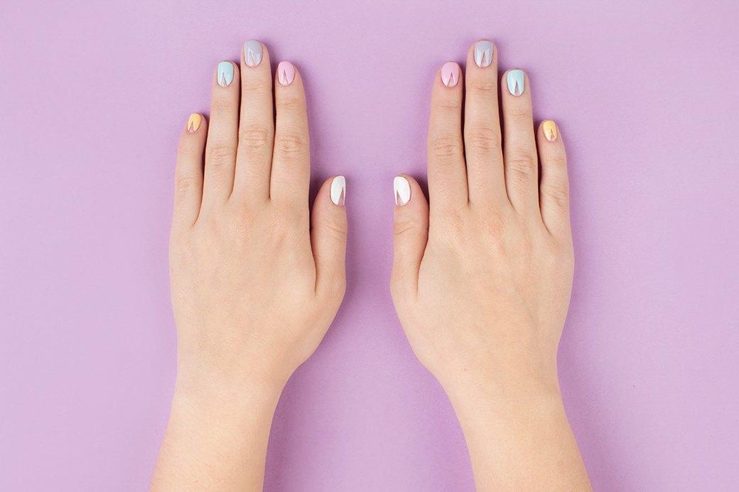Одноцветный вариант смотрелся бы более строго, а разноцветные пастельные ногти выглядят мило.. Изображение № 2.