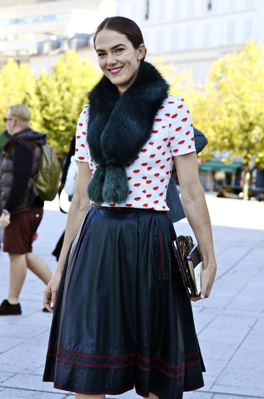 Девушка в бюстье на рубашку, японец в еще одном мохнатом свитере и другие гости PFW. Изображение № 32.