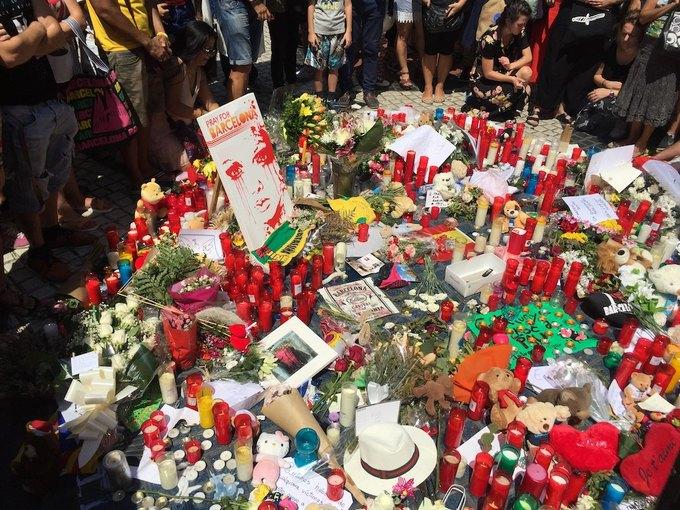 На улицах Барселоны  и в соцсетях почтили память жертв теракта. Изображение № 3.