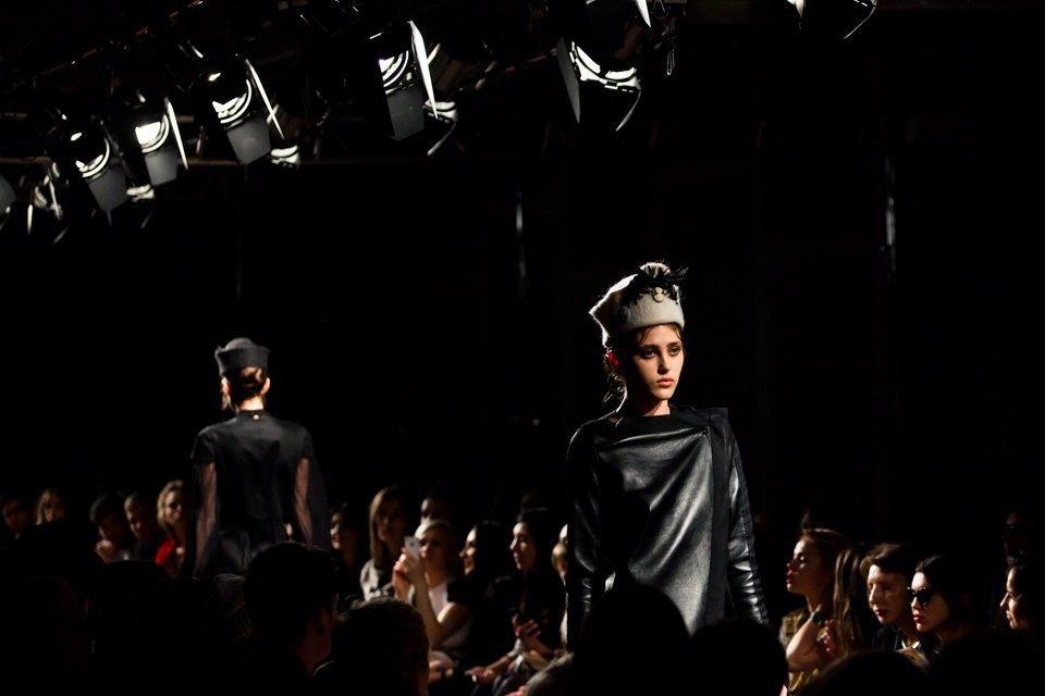 Репортаж: Шляпы с камеями  и прозрачные платья  на показе Alexander Arutyunov. Изображение № 18.