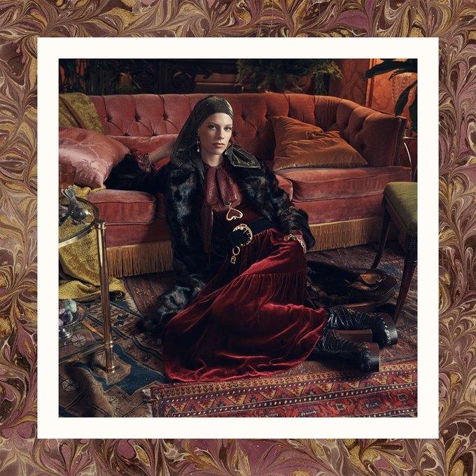 Много золота и красивые интерьеры в осенне-зимней кампании Zara. Изображение № 4.