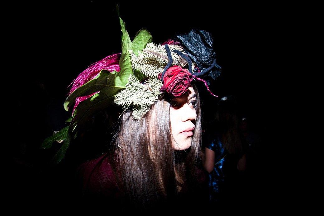 Маски из перьев  и цветы в волосах  на вечеринке «Martini карнавал». Изображение № 3.