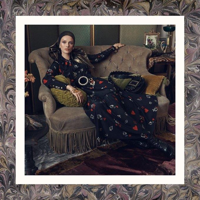 Много золота и красивые интерьеры в осенне-зимней кампании Zara. Изображение № 9.