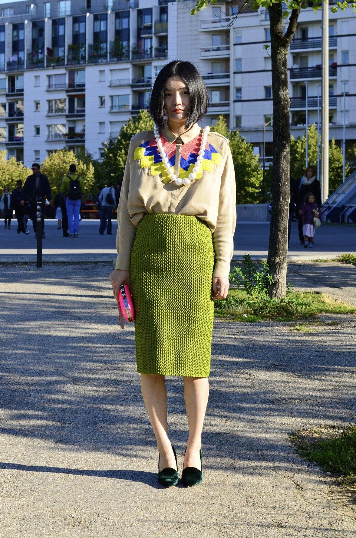 Девушка в бюстье на рубашку, японец в еще одном мохнатом свитере и другие гости PFW. Изображение № 28.