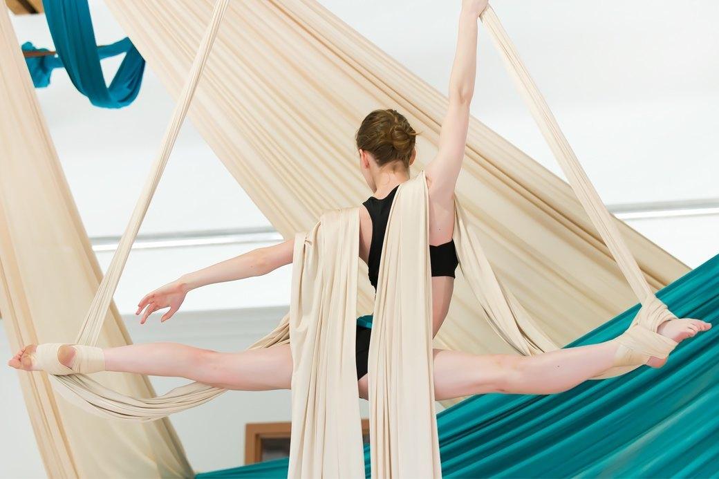Под потолком: Что такое «воздушная йога» и как она работает. Изображение № 1.