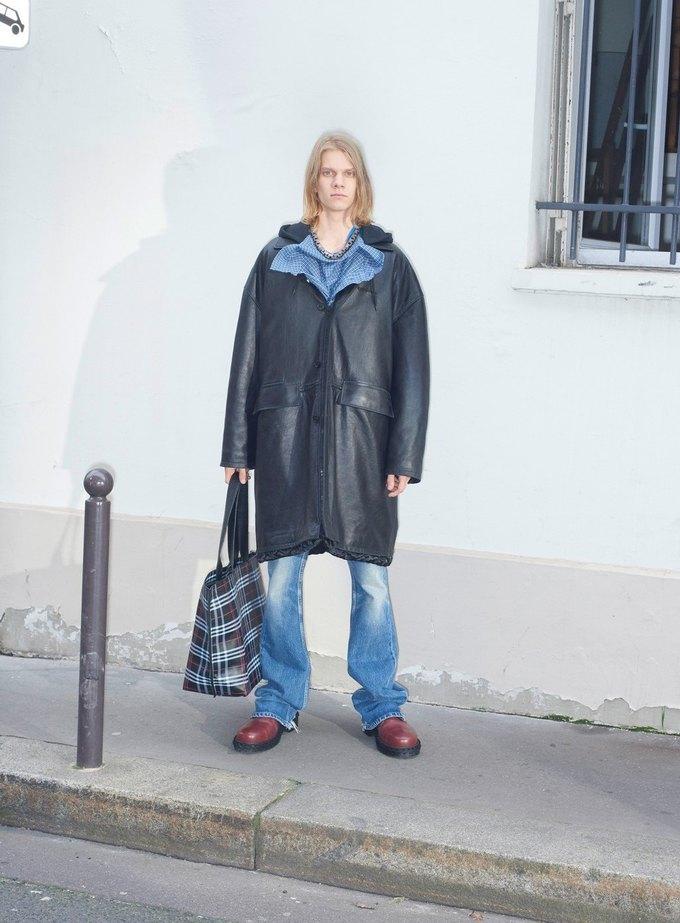 В новом лукбуке Balenciaga снялись обычные парижане. Изображение № 9.