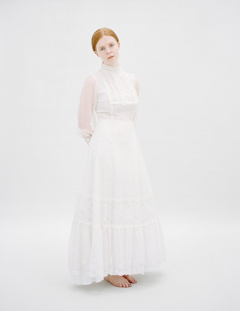 «The Line»: Девушки  в свадебных платьях  своих матерей. Изображение № 8.
