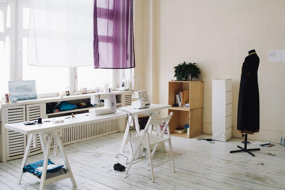 Дизайнер одежды Катя Яэмурд у себя в студии. Изображение № 1.