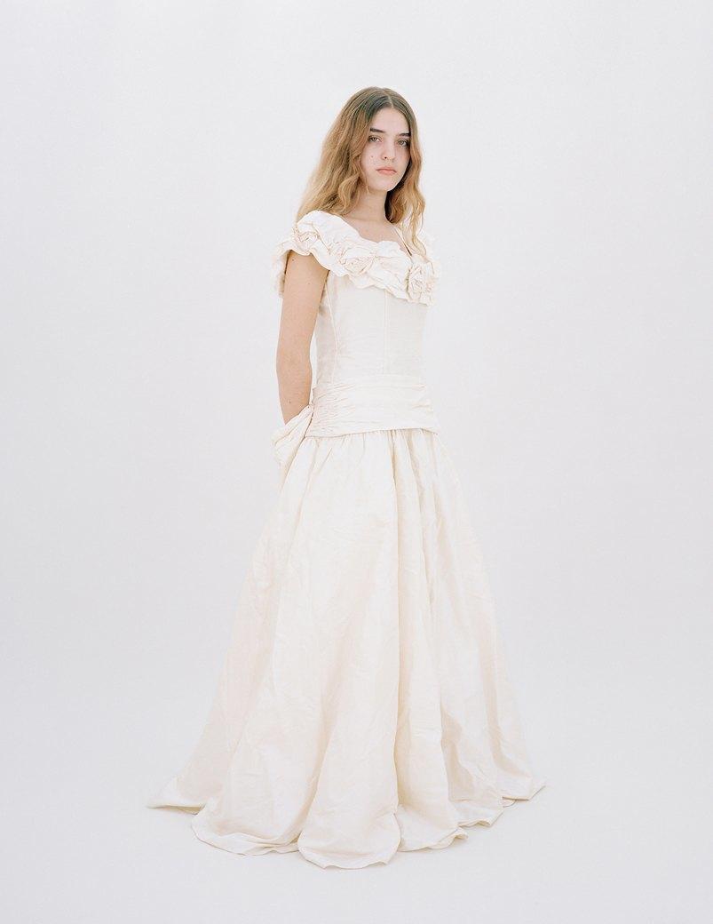 «The Line»: Девушки  в свадебных платьях  своих матерей. Изображение № 6.