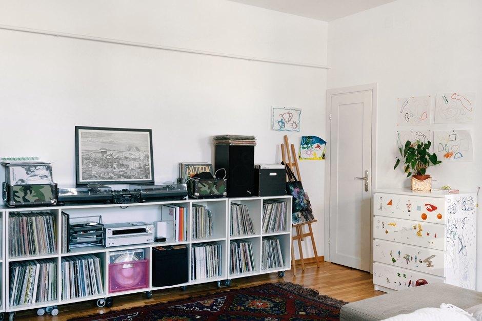 Дизайнер интерьера Мария Плешакова у себя в гостиной. Изображение № 6.