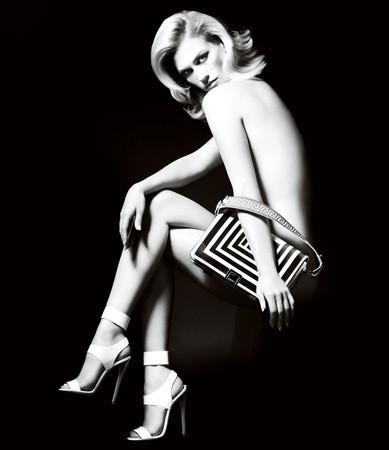Актриса Дженьюари Джонс в рекламной кампании аксессуаров Versace SS 2011