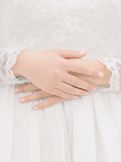 «The Line»: Девушки  в свадебных платьях  своих матерей. Изображение № 12.