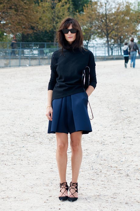 Водолазка и юбка-шорты с аккуратными туфлями — этого и ждешь от Парижа. Изображение № 4.