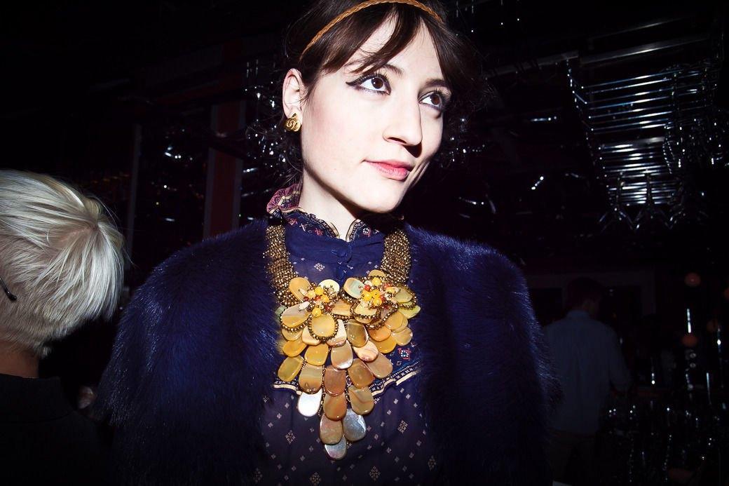 Пальто в духе 1960-х ибосоножки зимой на вечеринке Interview. Изображение № 23.