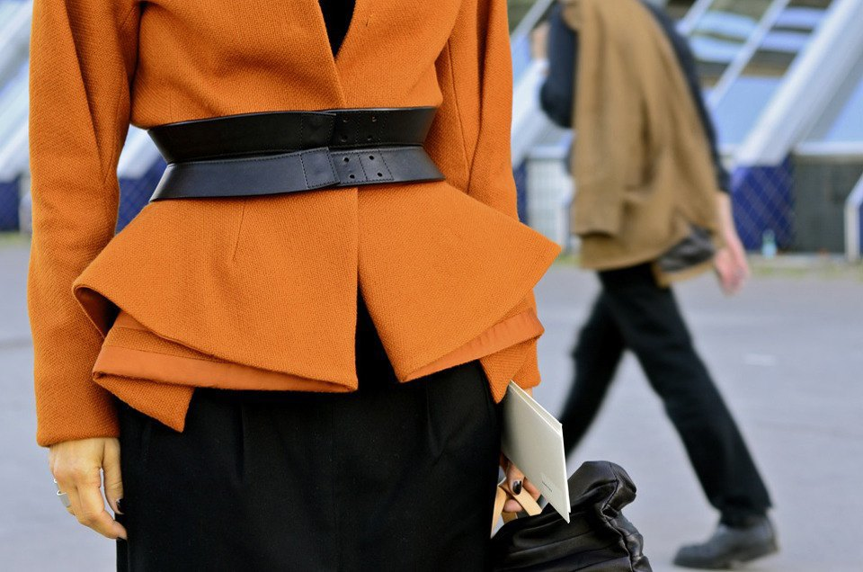 Девушка в бюстье на рубашку, японец в еще одном мохнатом свитере и другие гости PFW. Изображение № 29.