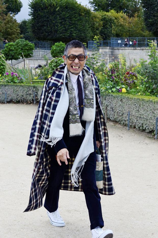 Десяток модников под зонтом, японец с двумя шарфами и другие гости Paris Fashion Week. Изображение № 6.