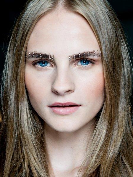Стрелки, пирсинг, блестки: Самые модные макияжи года. Изображение № 1.