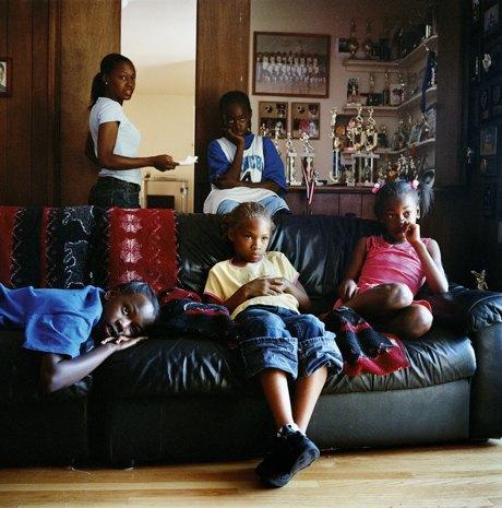 «Перед экраном»:  Зазомбированные  телезрители. Изображение № 4.