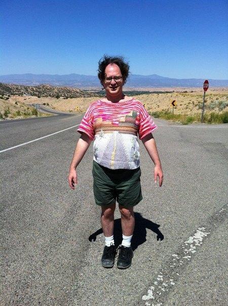 Мужчина вяжет свитера для путешествий и фотографируется в них. Изображение № 2.