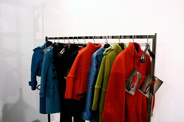 Ткань для красного пальто справа произвели на старом станке 50-х годов. Изображение № 10.