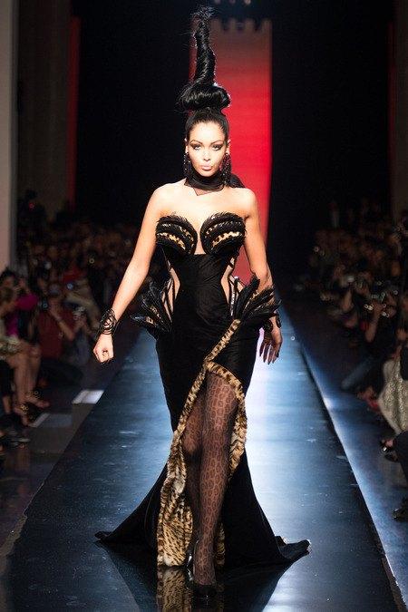 Набилла Бенаттиа на показе Jean Paul Gaultier Couture FW13 . Изображение № 3.