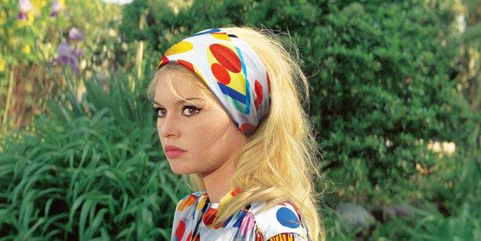 Брижит Бардо в «Презрении». На ней шарф и топ Chanel. Изображение № 7.