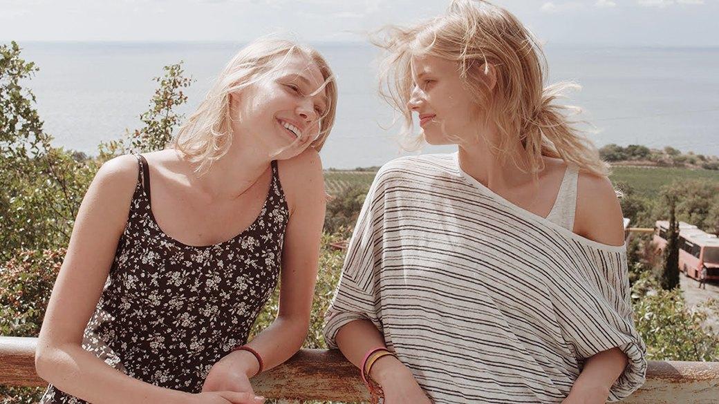 Смотреть порно фильм две зрелые женщины и молодой связанаи причем