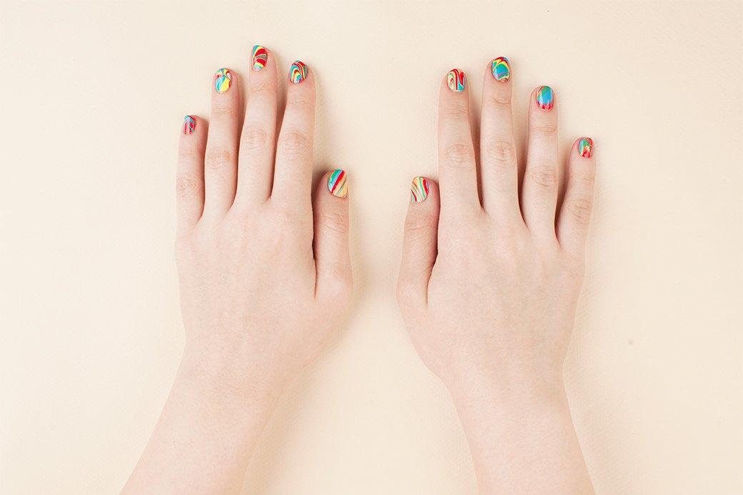 Поначалу для каждого ногтя удобнее разводить краски заново. И не устаем повторять, что верхнее покрытие лучше не игнорировать: так ноготь выглядит более гладким, а лаки держатся дольше.. Изображение № 3.