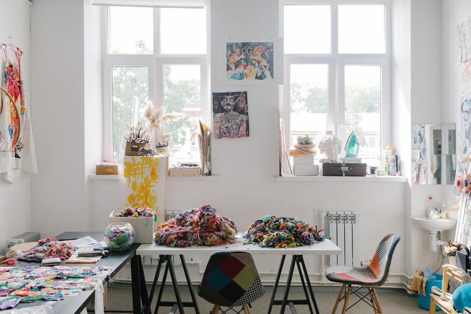 Художница Лиза Смирнова у себя в мастерской. Изображение № 14.