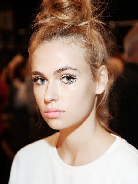 Стрелки, пирсинг, блестки: Самые модные макияжи года. Изображение № 2.