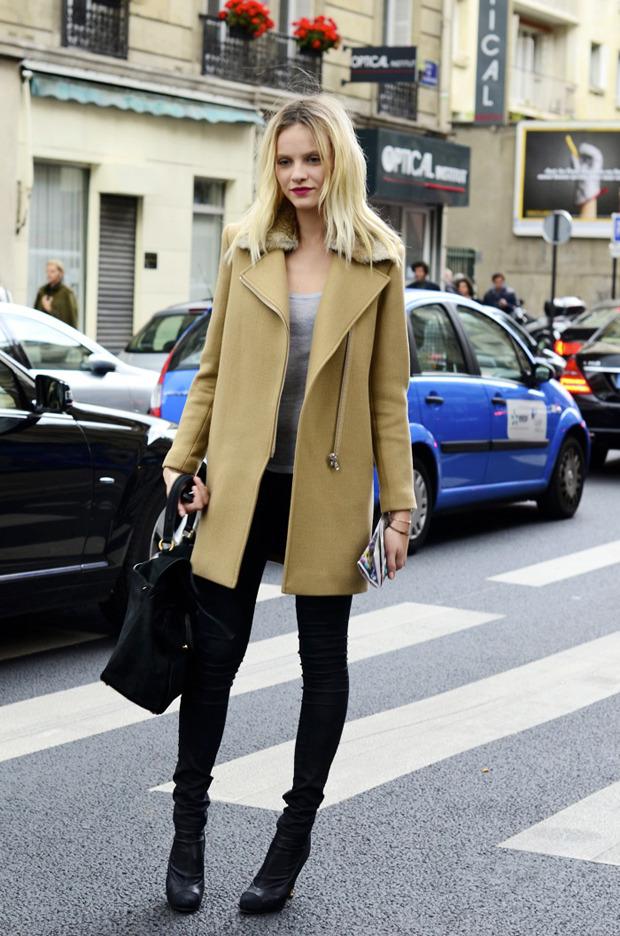 Десяток модников под зонтом, японец с двумя шарфами и другие гости Paris Fashion Week. Изображение № 8.