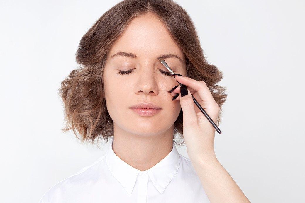 Скошенная кисть подойдет как нельзя лучше (MAC 263 или 266, например); тени обычно выбирают на тон темнее, чем цвет волос. Изображение № 1.