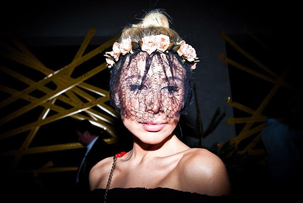 Маски из перьев  и цветы в волосах  на вечеринке «Martini карнавал». Изображение № 1.
