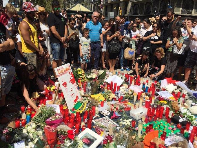 На улицах Барселоны  и в соцсетях почтили память жертв теракта. Изображение № 1.