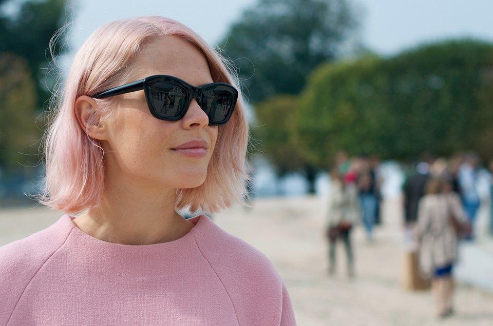 Розовый и остроумные  принты на гостях Paris Fashion Week. Изображение № 6.