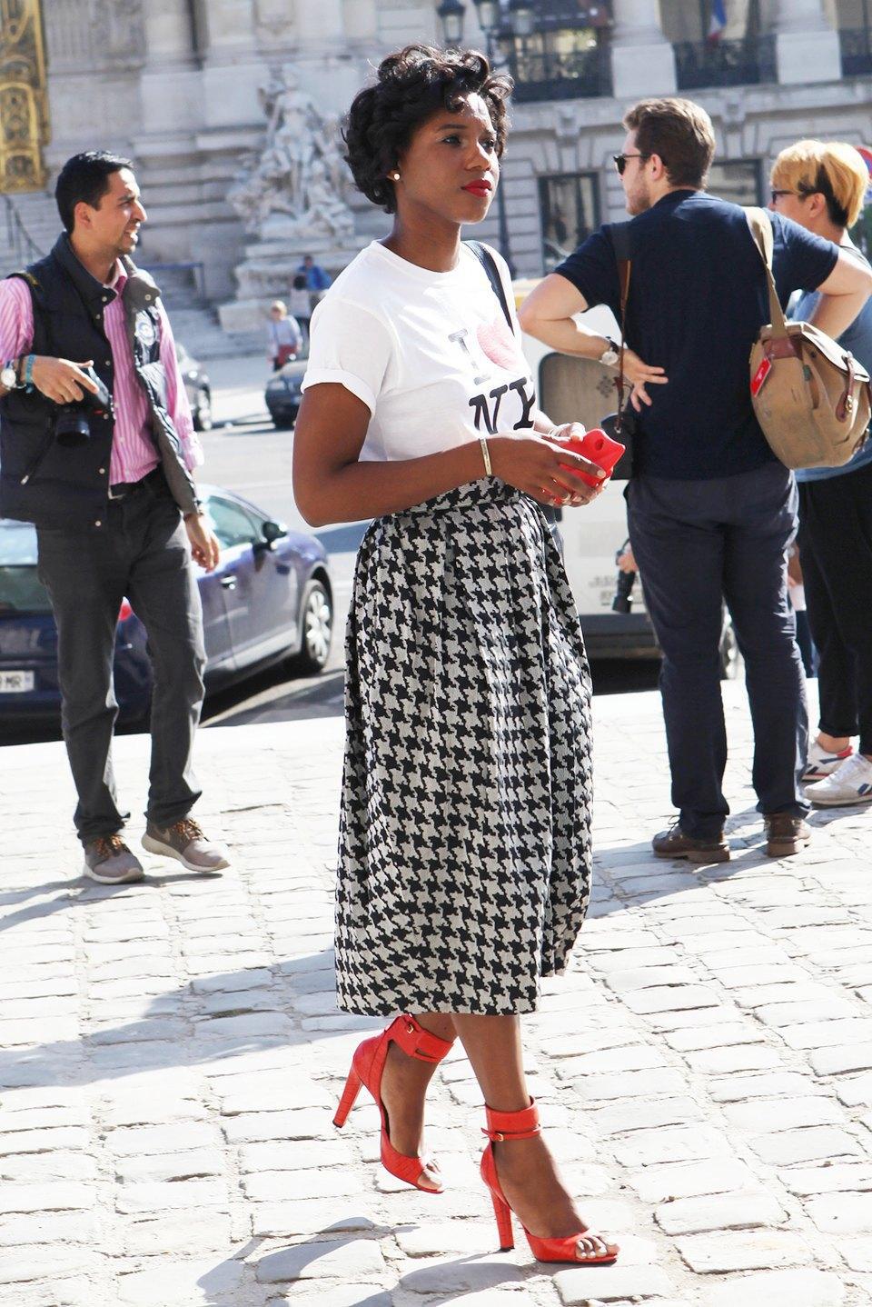 Кимоно, перья и сэтчелы на гостях показов Paris Fashion Week. Изображение № 3.