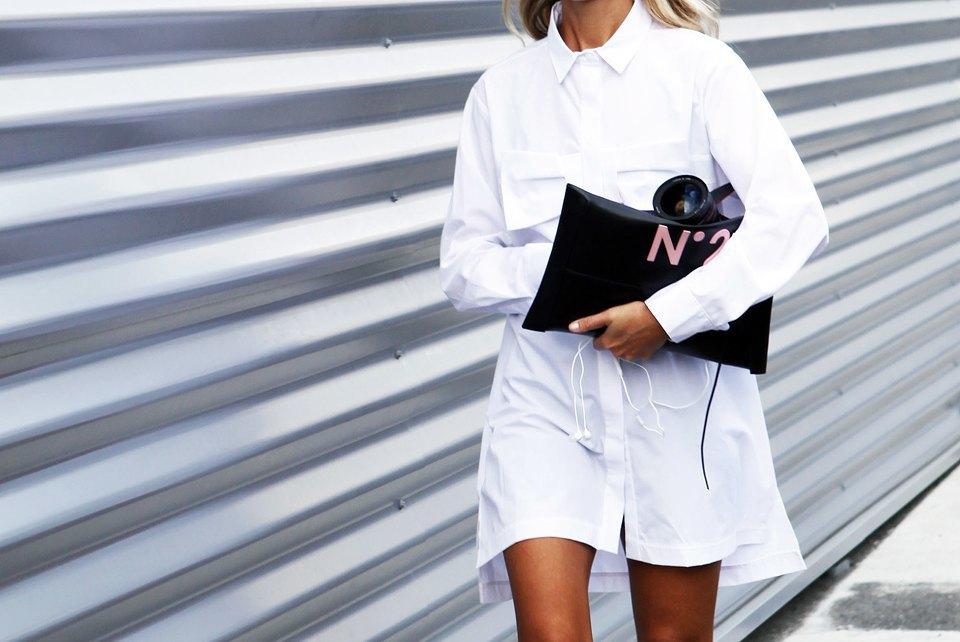Натали Джус доказывает, что белое платье-рубашка — все, что нужно носить с активными туфлями из пластика. Изображение № 16.