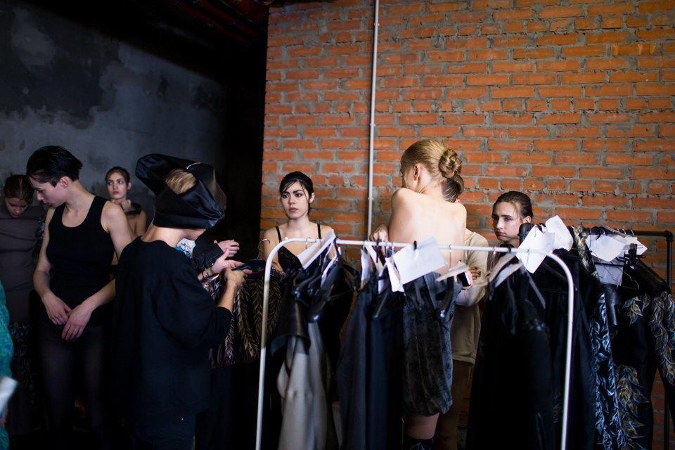 Репортаж: Шляпы с камеями  и прозрачные платья  на показе Alexander Arutyunov. Изображение № 11.