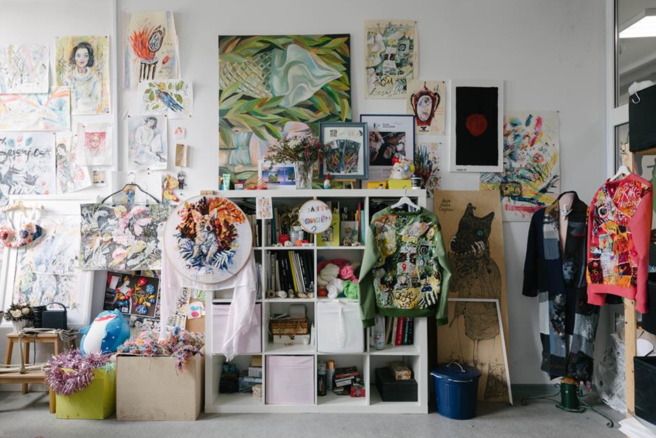 Художница Лиза Смирнова у себя в мастерской. Изображение № 7.