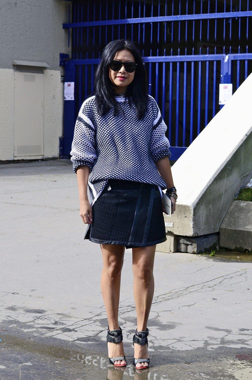 Девушка в бюстье на рубашку, японец в еще одном мохнатом свитере и другие гости PFW. Изображение № 22.