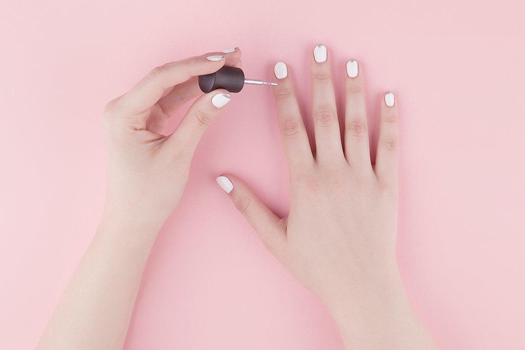 После того как основной лак высох, нужно прокрасить свободный край ногтя серебристым лаком.. Изображение № 2.