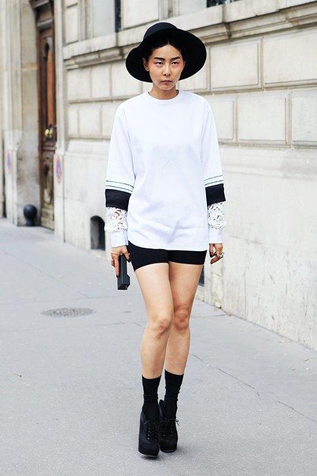 Так явно выглядят поклонники таланта Александра Вэнга: девушка сочетает объемный черно-белый топ с облегающими мини-шортами. Изображение № 7.