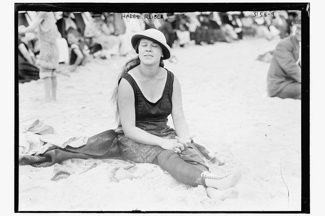Как менялась пляжная мода: От купальных платьев к бикини  и обратно. Изображение № 2.
